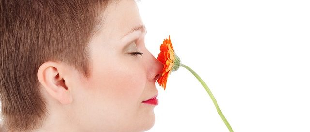 Vrouw ruikt dat vriend is vreemdgegaan