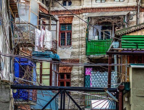 Vreemdgaande man springt naakt van balkon bij ontdekking